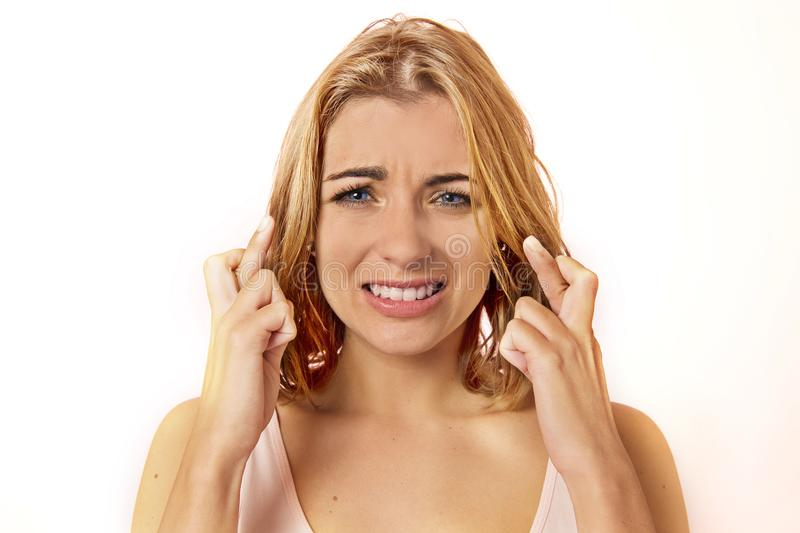有蓝色ey的年轻迷信美丽和甜白肤金发的妇女 免版税图库摄影