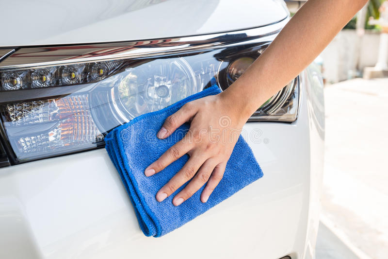 有蓝色microfiber布料清洁的手 免版税图库摄影