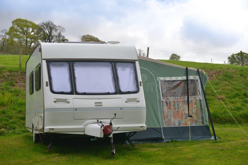 有蓬卡车在度假,在样式的假期在英国 库存照片