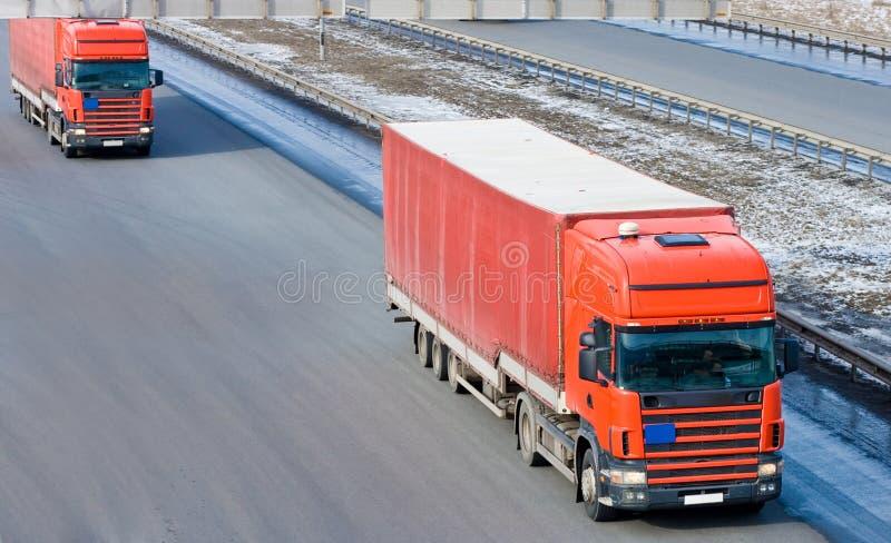 有蓬卡车护卫舰线路红色牵引车拖车交换二 免版税图库摄影