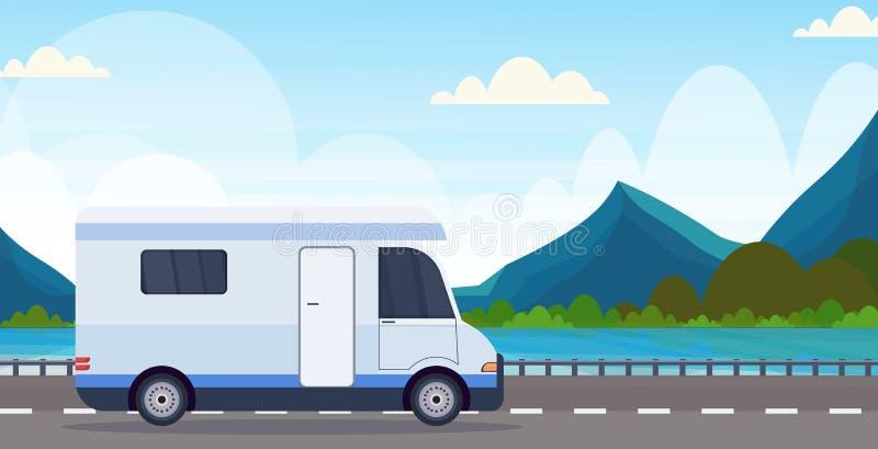 有蓬卡车汽车旅行在高速公路消遣旅行车野营的概念美丽的自然河山环境美化 库存例证