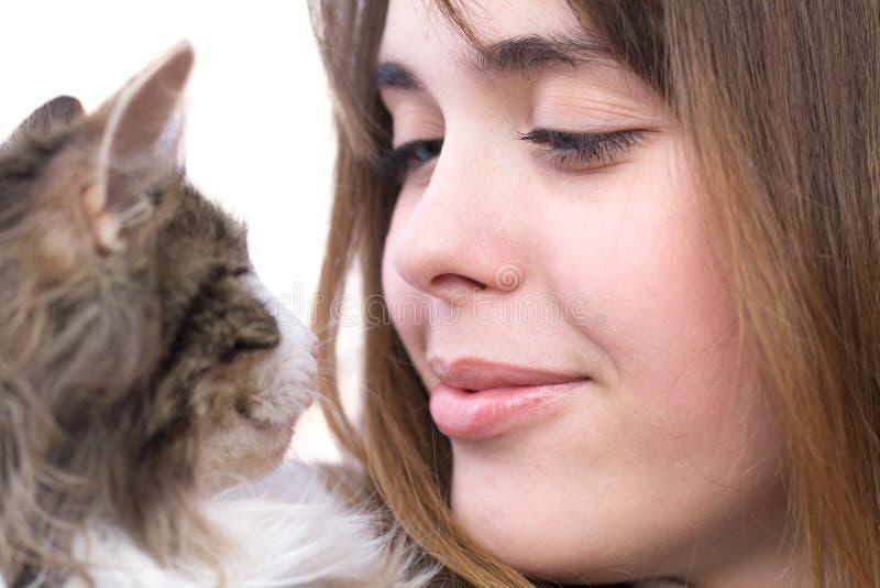 有蓬松小猫的美丽的女孩在她的胳膊 图库摄影