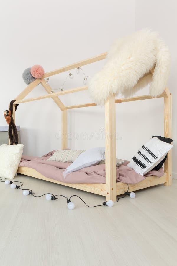 有蓬松纺织品的婴孩卧室 免版税图库摄影