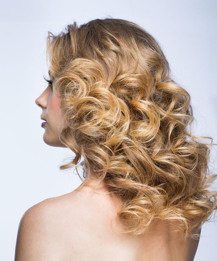 有蓬松头发的白肤金发的女孩 免版税库存照片