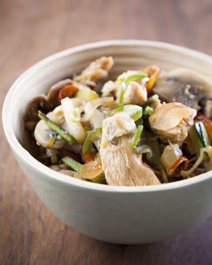 有蔬菜和鸡的铁锅用酱油 图库摄影