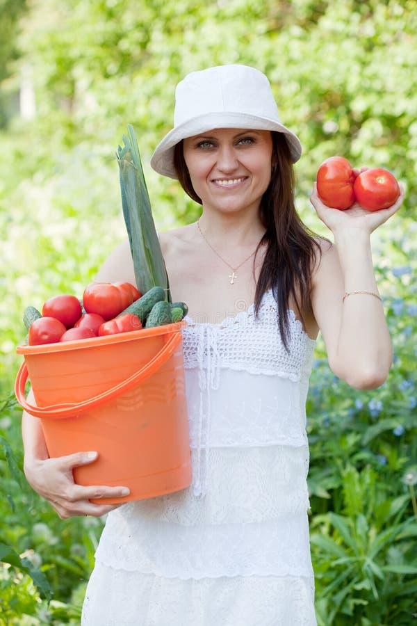 有蔬菜的愉快的妇女 免版税库存图片