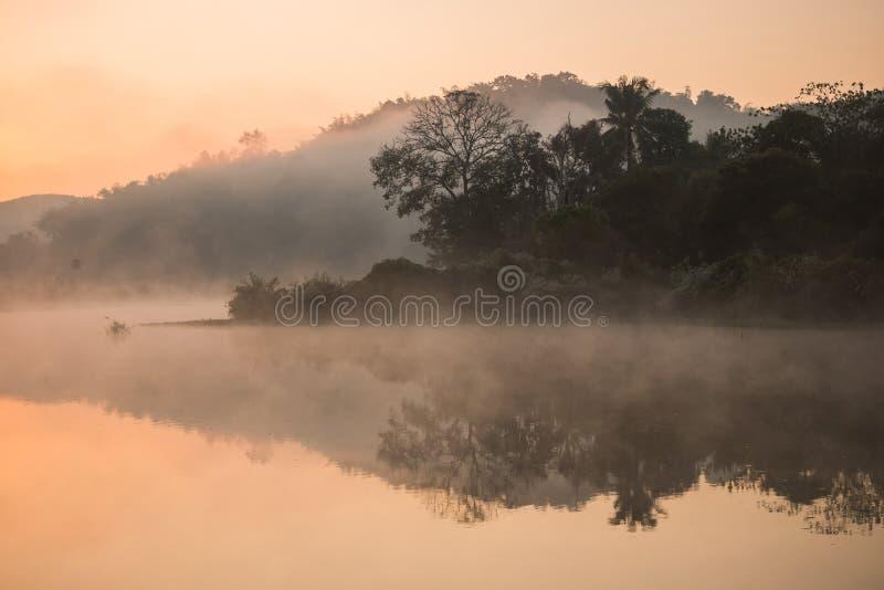 有薄雾在河 免版税库存照片