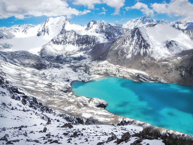 有薄雾的丙氨酸Kul湖Smaragd水Terskey Alatoo山的 免版税图库摄影