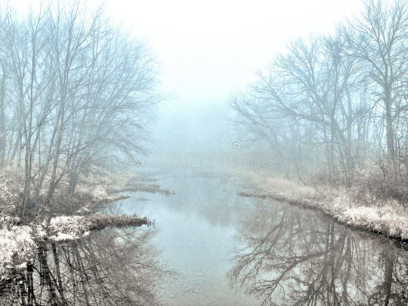 有薄雾的冬天小河 库存照片