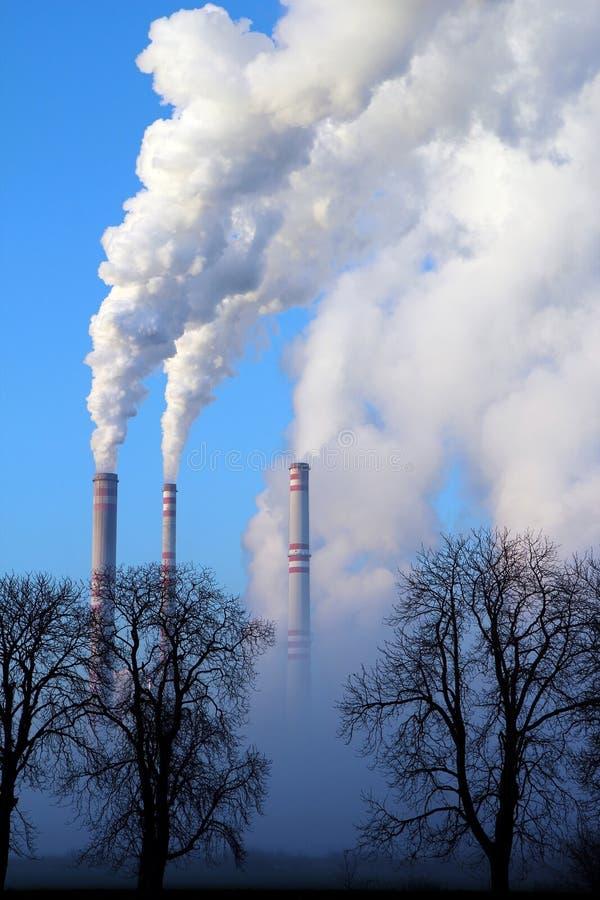 有薄雾的天和蒸汽煤能源厂 免版税图库摄影
