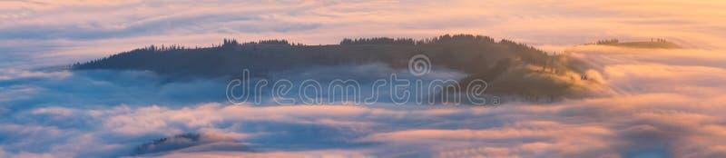 有薄雾的小山 库存图片