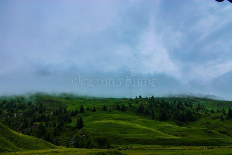 有薄雾的山腰 免版税库存照片