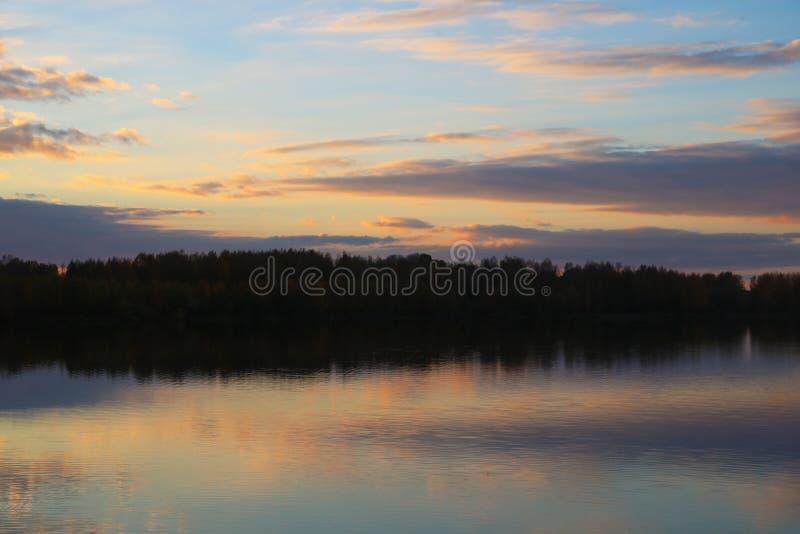 有薄雾的早晨日出反射在湖 库存图片
