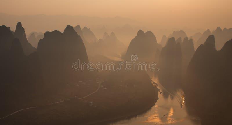 有薄雾的早晨日出 免版税库存照片