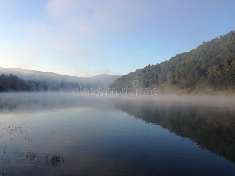 有薄雾的早晨湖时间 库存照片