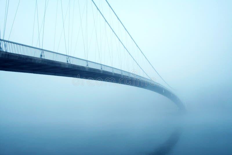 有薄雾的桥梁 免版税库存照片