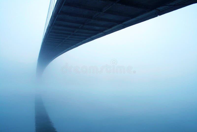有薄雾的桥梁 免版税库存图片