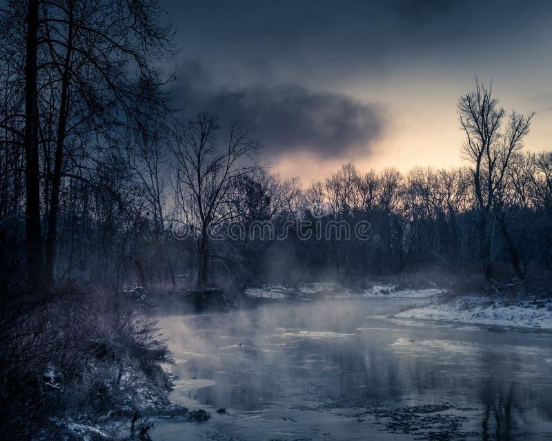 有薄雾的河在冬天 图库摄影