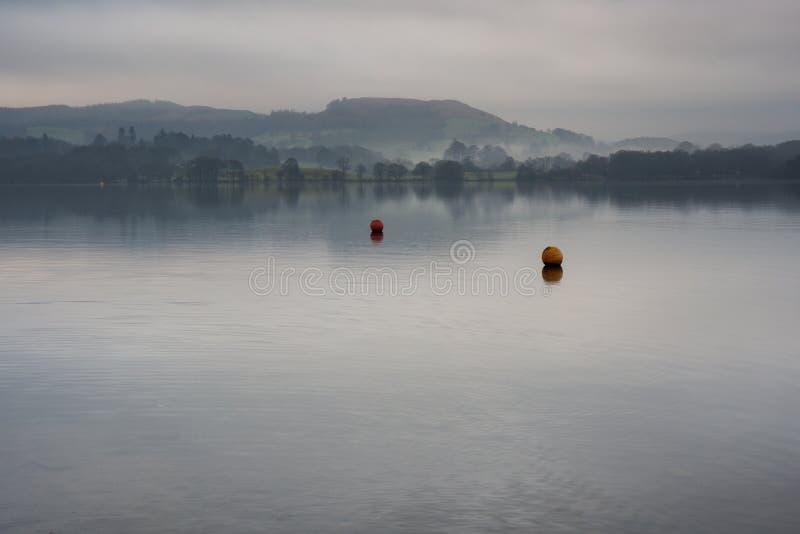 有薄雾的湖温德米尔在湖区 库存图片