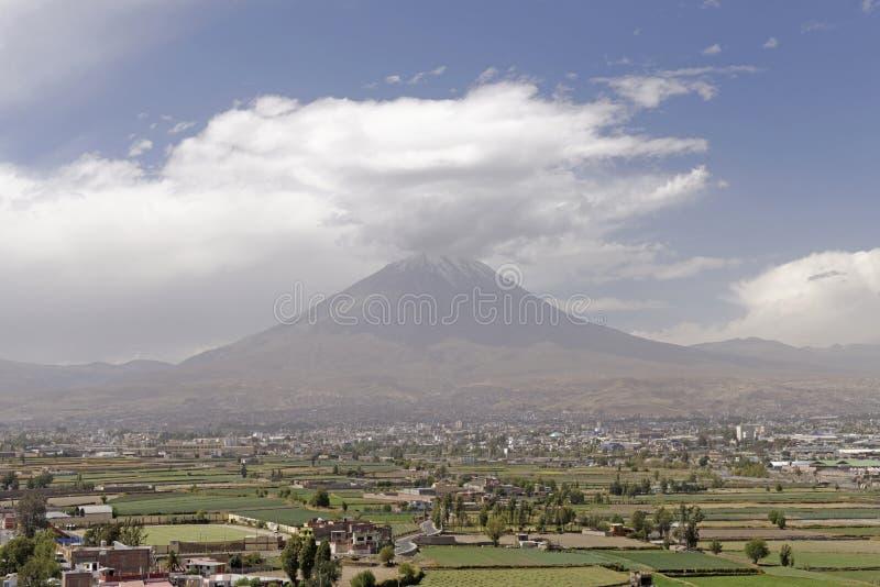 有薄雾的火山在阿雷基帕,秘鲁 免版税库存图片