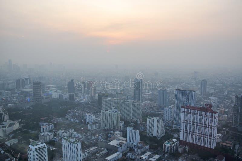 有薄雾的烟的在日落,曼谷,泰国大城市 库存照片