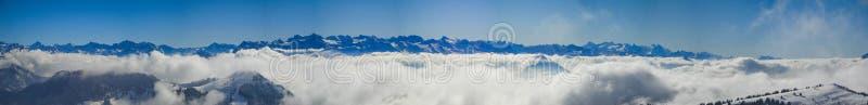 有薄雾的瑞士阿尔卑斯和云彩惊人的全景在mounta上 库存照片