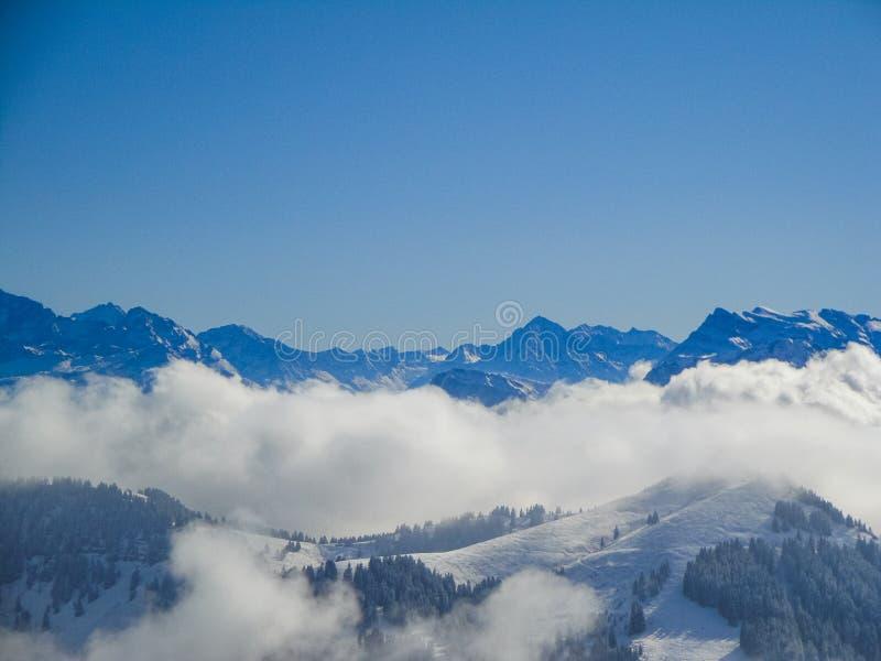 有薄雾的瑞士阿尔卑斯和云彩惊人的鸟瞰图在mou上 免版税库存图片