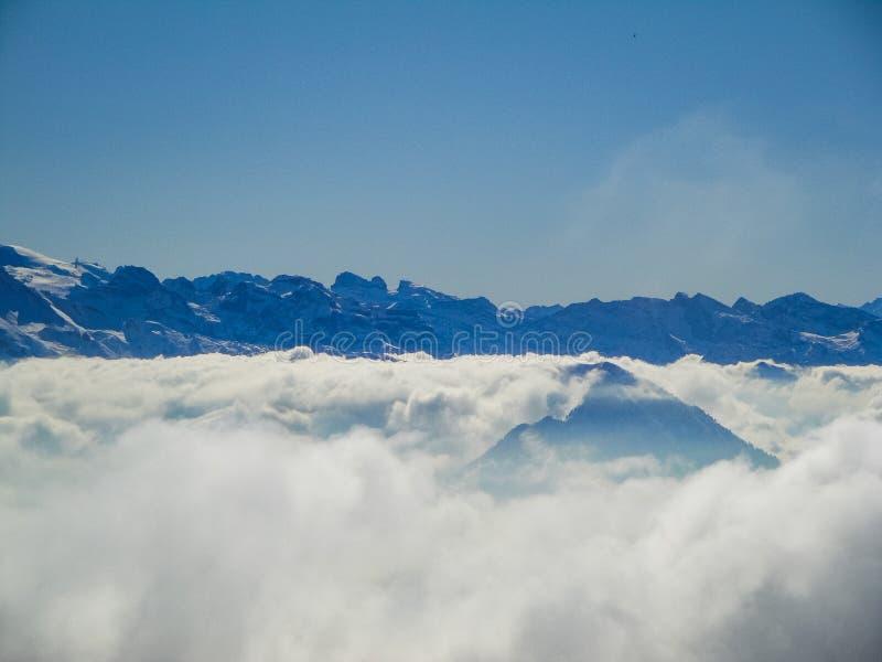 有薄雾的瑞士阿尔卑斯和云彩惊人的鸟瞰图在mou上 免版税库存照片
