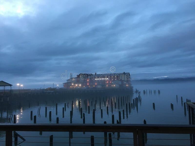 有薄雾的码头 免版税图库摄影