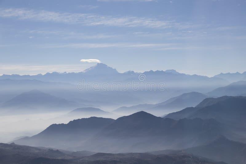 有薄雾的蓝色安地斯山的山风景背景 库存图片