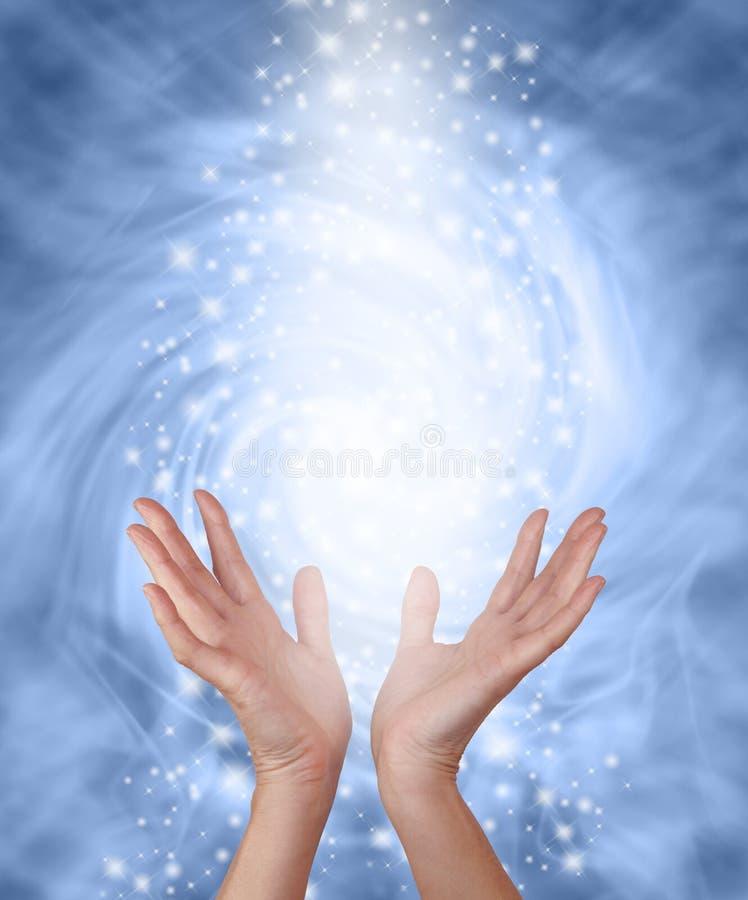 有薄雾的蓝色闪耀的医治用的能量 库存照片