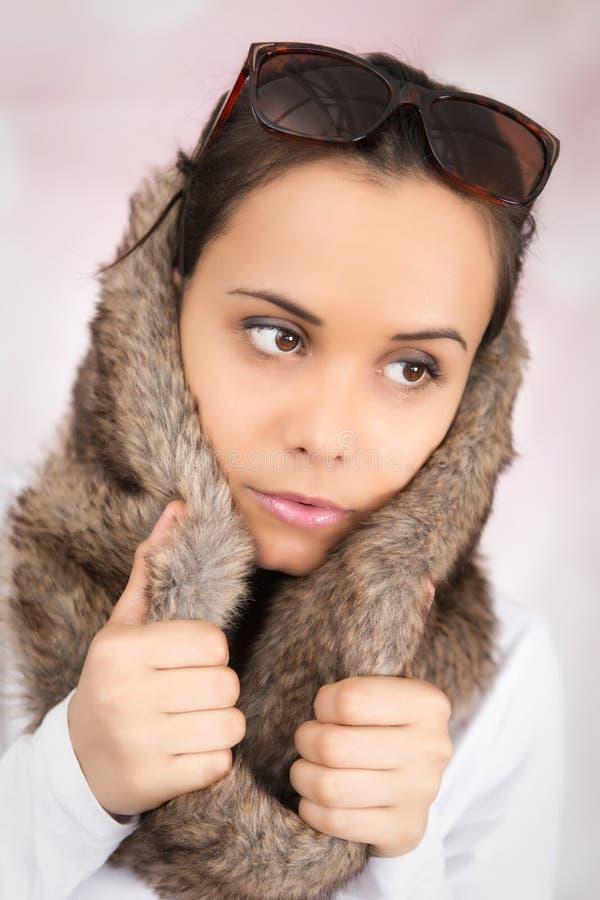 有虚假毛皮车辕的年轻白种人妇女在她的头 免版税图库摄影