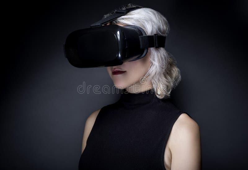有虚拟现实耳机的妇女 免版税图库摄影