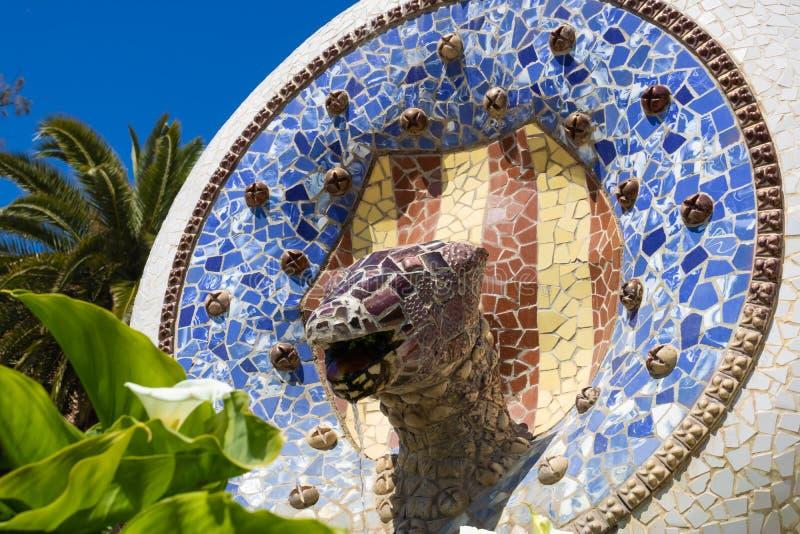 有蛇头的喷泉在公园GÃ ¼侧房,巴塞罗那,西班牙-图象的龙楼梯 库存图片