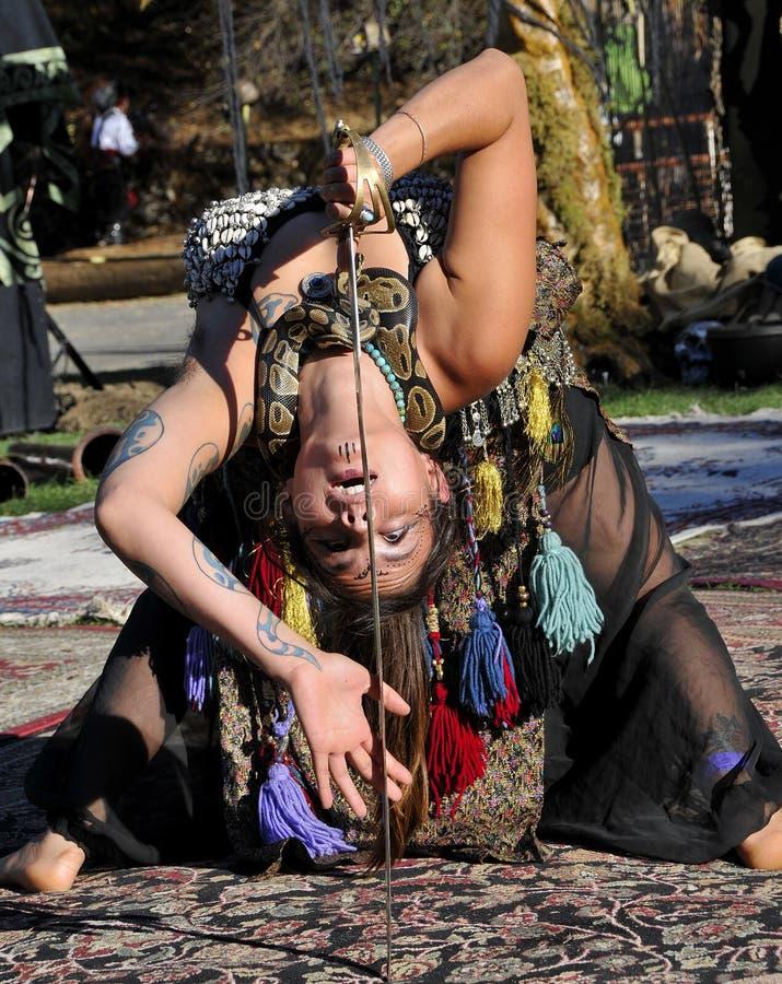 有蛇的异乎寻常的肚皮舞表演者 库存图片
