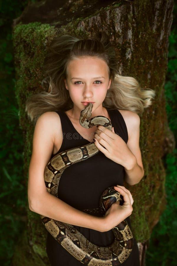 有蛇的美丽的女孩 库存照片