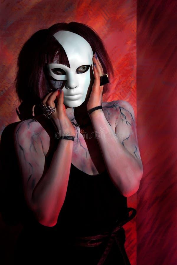 有蛇神构成的女孩在身体和白色面具 免版税库存照片