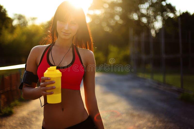 有蛋白质震动的健康健身女孩 库存照片