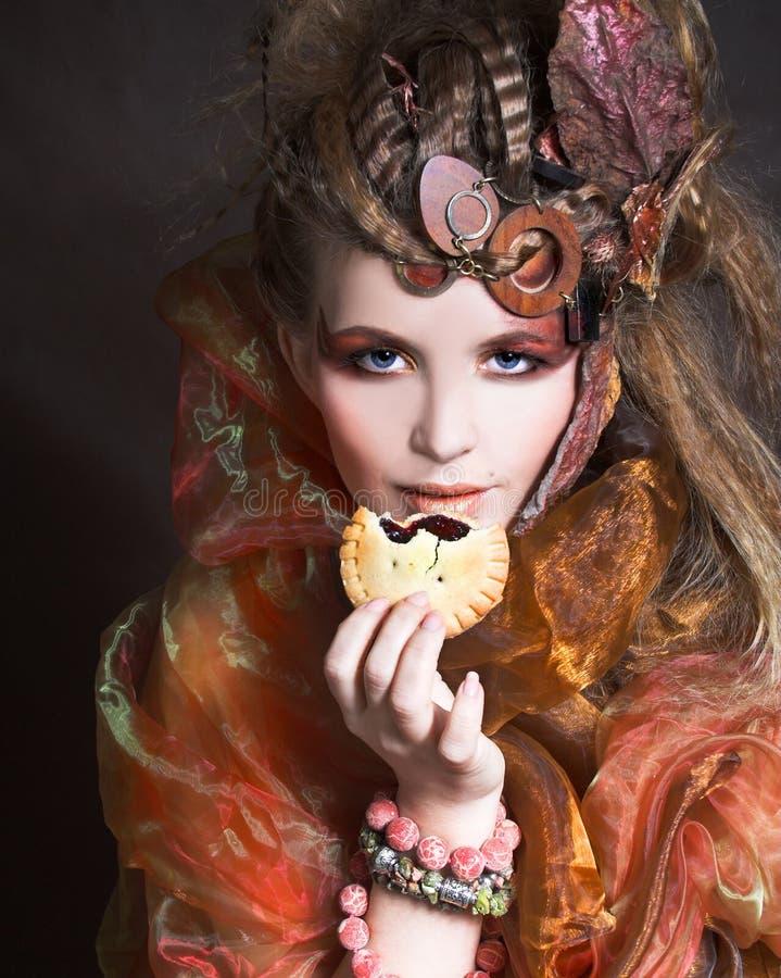 有蛋糕的时髦的夫人 图库摄影
