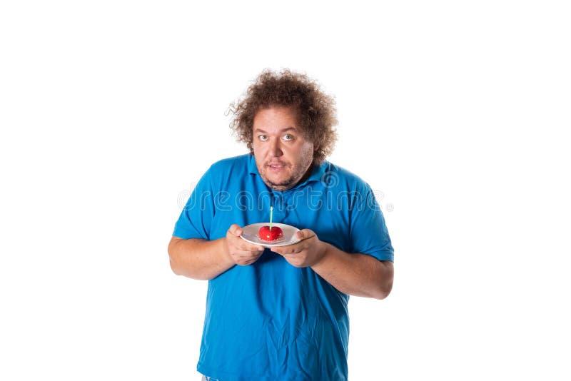 有蛋糕的滑稽的肥胖人 愉快的生日 免版税库存照片