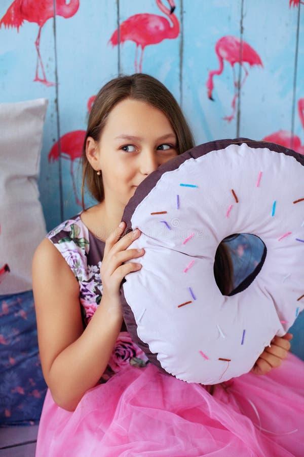 有蛋糕的青少年的女孩 童年的概念 库存图片