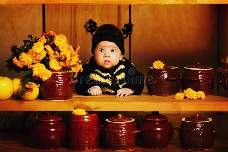 有蜂服装的小滑稽的婴孩 免版税库存照片