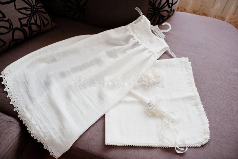 有蜡烛的白女孩的礼服洗礼仪式的 免版税图库摄影