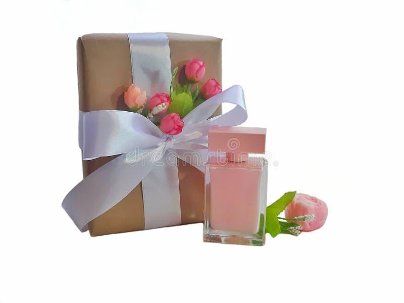 有蝴蝶结的礼物盒和花卉装饰,香水,在白色背景的手工制造肥皂 库存图片