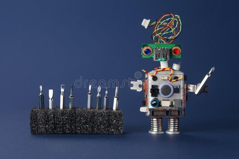有螺丝司机硬件工具箱的机器人安装工 技术员服务概念 复制空间,深蓝背景 免版税库存图片