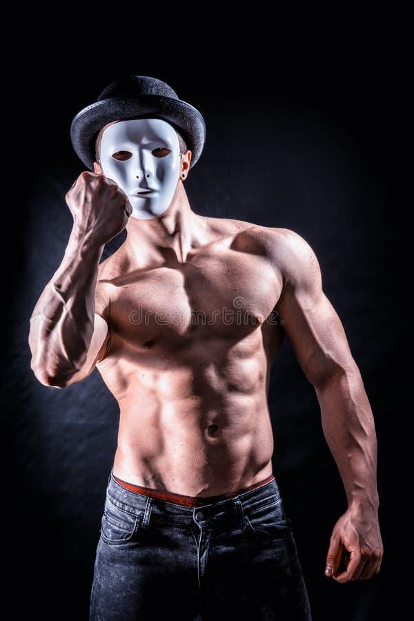 有蠕动,可怕面具的赤裸上身的肌肉人 免版税图库摄影
