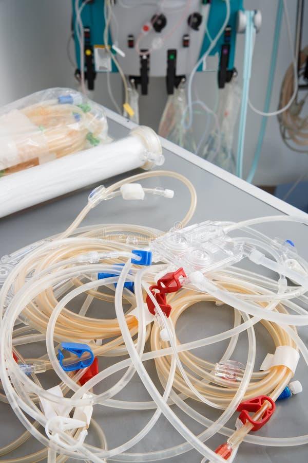有血液透析机器的血液管在背景中 库存图片