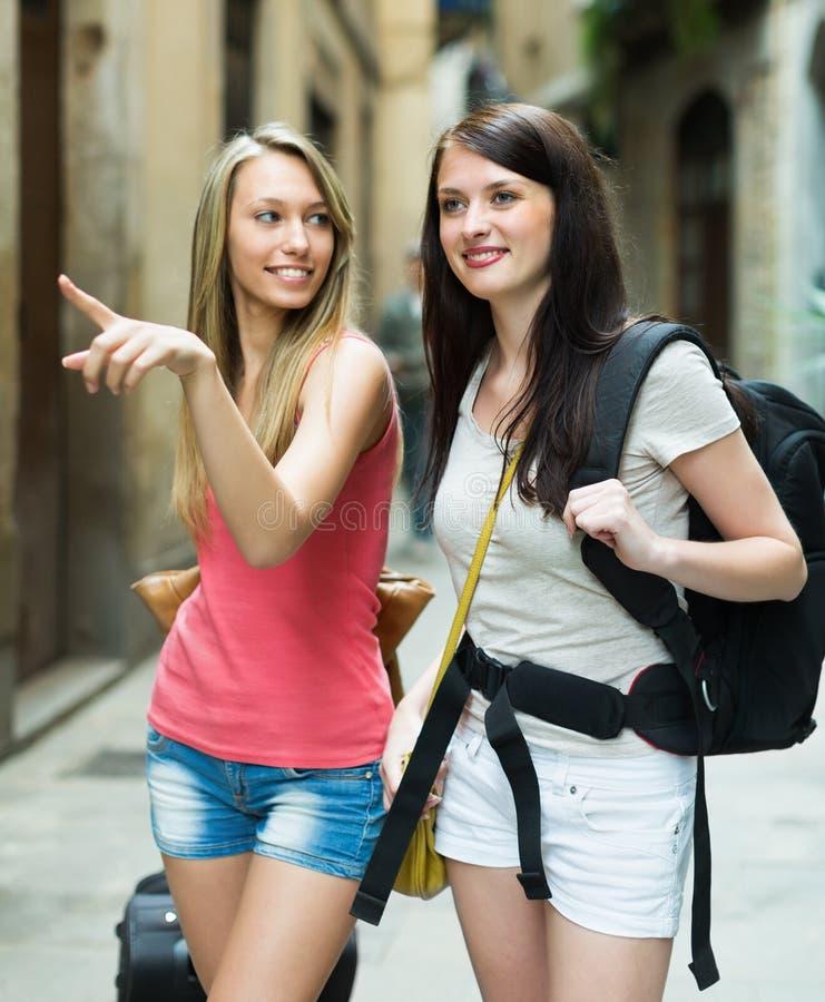 有行李的两个美丽的女孩 免版税库存照片