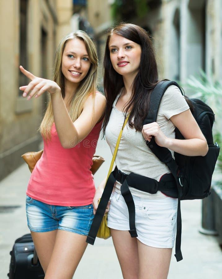 有行李的两个美丽的女孩 免版税库存图片