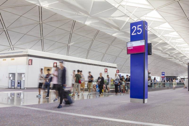 有行李的乘客在香港国际机场 免版税库存图片